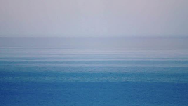 vídeos de stock e filmes b-roll de manhã de nevoeiro sobre o mar - linha do horizonte sobre água