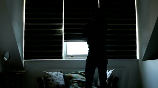rano. mężczyzna otwiera okno ślepej próby. - store filmów i materiałów b-roll