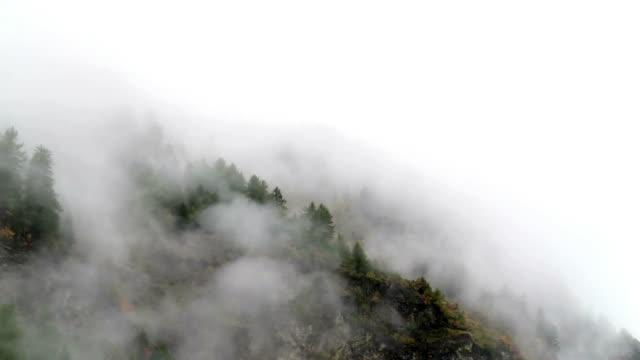 vídeos de stock, filmes e b-roll de névoa da manhã subindo cinemagraph alta montanha - nublado