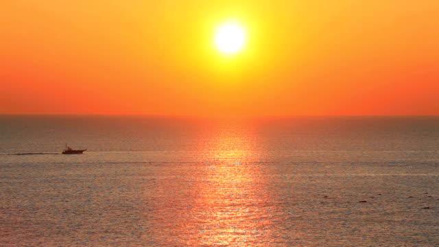 vídeos de stock e filmes b-roll de de manhã oceano - linha do horizonte sobre água