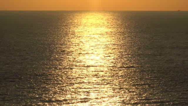 vídeos de stock e filmes b-roll de morning ocean wave - linha do horizonte sobre água