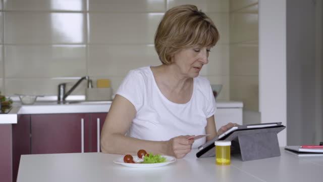 vídeos de stock e filmes b-roll de morning of a patient at home - senior business woman tablet