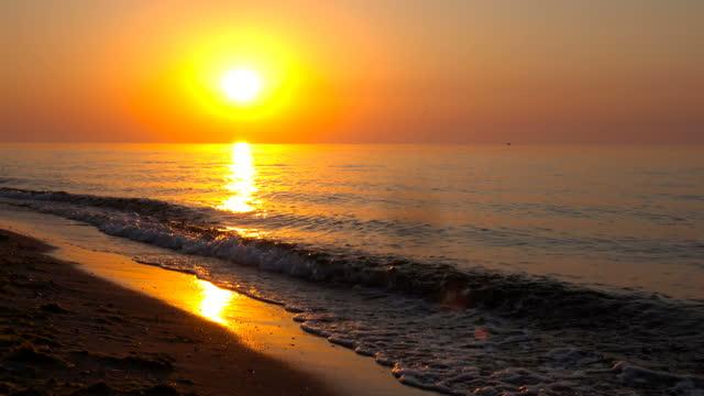 mattina sul mare con un suono reale - baia video stock e b–roll