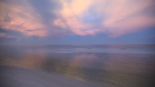 vidéos et rushes de ciel de matin sur l'eau - lac reflection lake