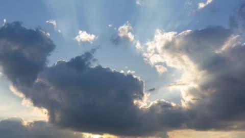 vídeos y material grabado en eventos de stock de sol de la mañana atravesando las nubes, lapso de tiempo - nube