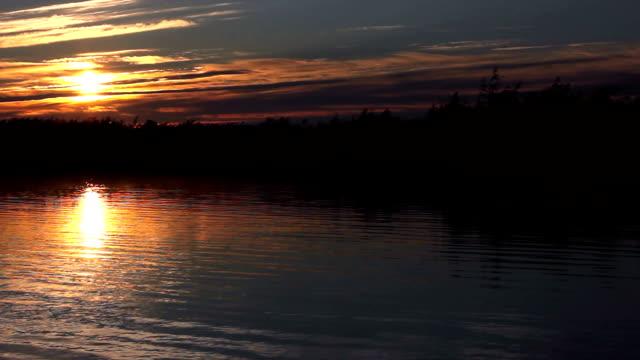 vidéos et rushes de soleil du matin se reflète dans le lac - lac reflection lake