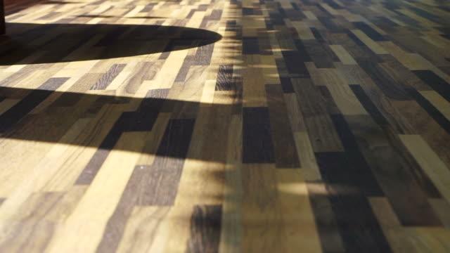 morgon solen skiner på vackra trä textur vinyl golv, inrednings material - solar panel bildbanksvideor och videomaterial från bakom kulisserna