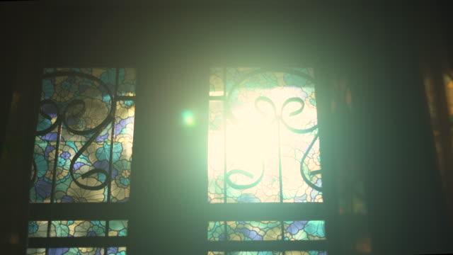 morgensonne aus dem fenster - hell beleuchtet stock-videos und b-roll-filmmaterial