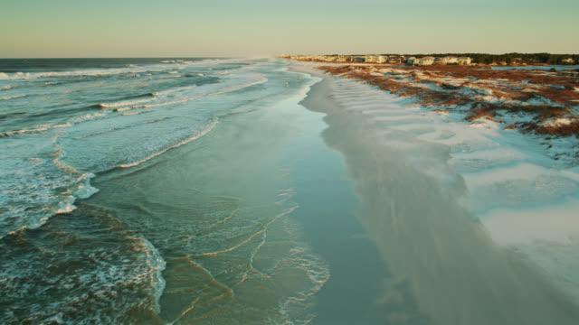 poranne światło słoneczne na florydzie village - drone shot - beach filmów i materiałów b-roll