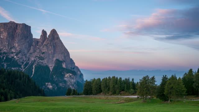 vidéos et rushes de lever du soleil matin à alpe di siusi, dolomites - paysage extrême