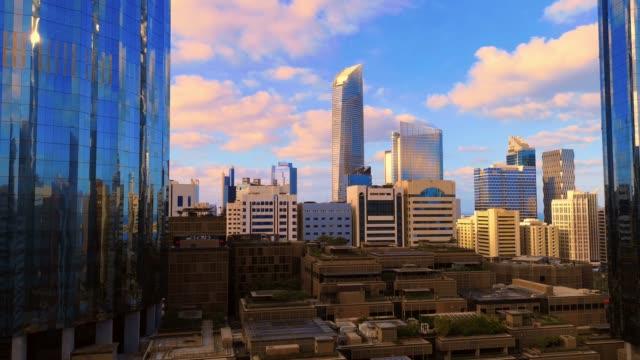 sabah gündoğumu timelapse abu dabi manzarası güzel bulutlar, birleşik arap emirlikleri ile modern şehir mimarisi - abu dhabi stok videoları ve detay görüntü çekimi
