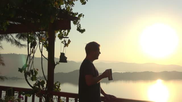 Matin Sunrise View modèle masculin de boire du café - Vidéo