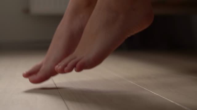 vídeos de stock e filmes b-roll de morning, woman getting out of bed, girl feets go in bedroom - descalço