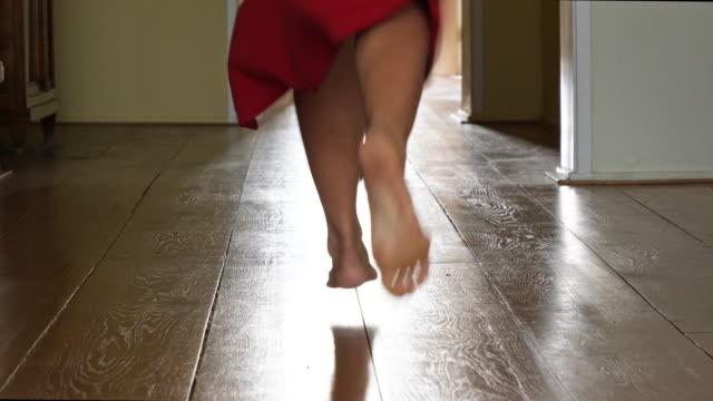 morgon; kvinna går fastig barfota från kameran bort - på tå bildbanksvideor och videomaterial från bakom kulisserna