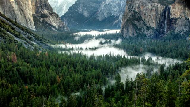 vídeos y material grabado en eventos de stock de mañana yosemite valley time-lapse niebla - terreno extremo