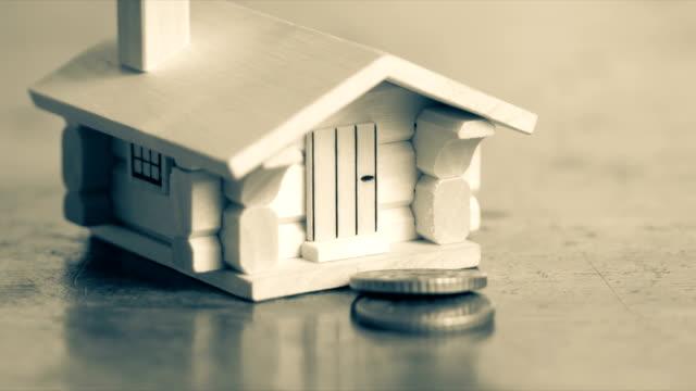 inteckning lån och fastigheter skatt makro finansiella koncept, skandinaviska husmodell och mynt, uhd, 4k, 23,976 fps - dept bildbanksvideor och videomaterial från bakom kulisserna