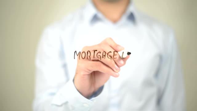 Hypothekendarlehen, Mann schreiben auf transparenten Bildschirm – Video