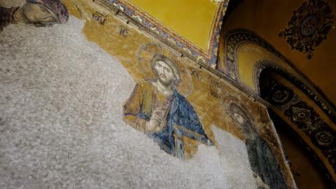 vídeos de stock e filmes b-roll de mosaic icon of jesus christ in hagia sophia - arte