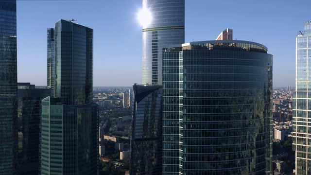 vídeos y material grabado en eventos de stock de el centro de negocios de la ciudad de moscú se acerca, noche soleada con cielo brillante - zoom meeting