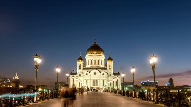 moscow city skyline day to night sunset timelapse at cathedral of christ the saviour and bridge over moscow river, moscow russia 4k time lapse - rzeka moskwa filmów i materiałów b-roll