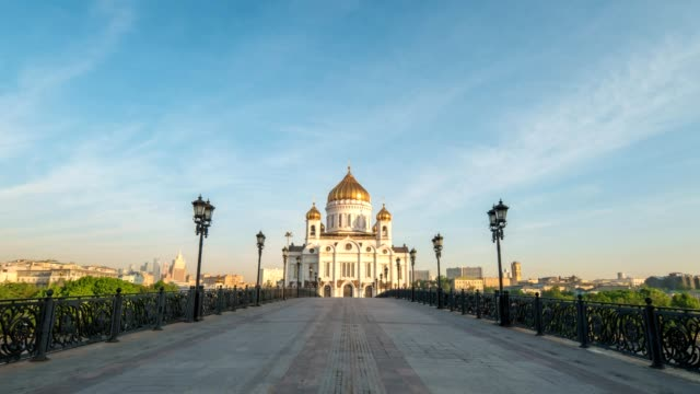 moscow city skyline motion timelapse or hyperlapse at cathedral of christ the saviour and bridge over moscow river, moscow russia 4k time lapse - rzeka moskwa filmów i materiałów b-roll