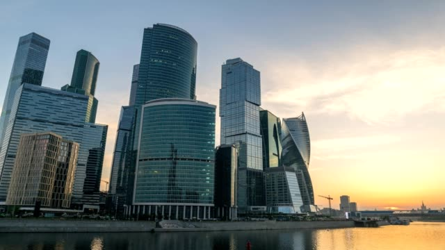 moscow city skyline sunrise timelapse at business center district and moscow river, moscow russia 4k time lapse - rzeka moskwa filmów i materiałów b-roll