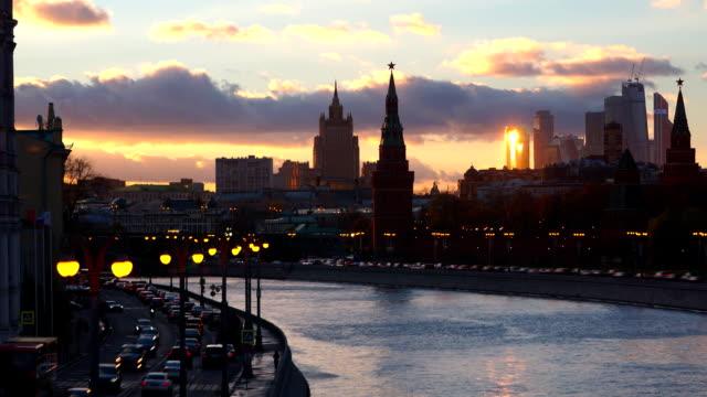moskwa wieczorem ekspozycja związane z moskwy, rzeki oraz centrum miasta, w moskwie kremla - rzeka moskwa filmów i materiałów b-roll