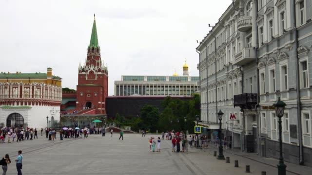 kreml torget framför troitskaya tower i ryssland - kreml bildbanksvideor och videomaterial från bakom kulisserna
