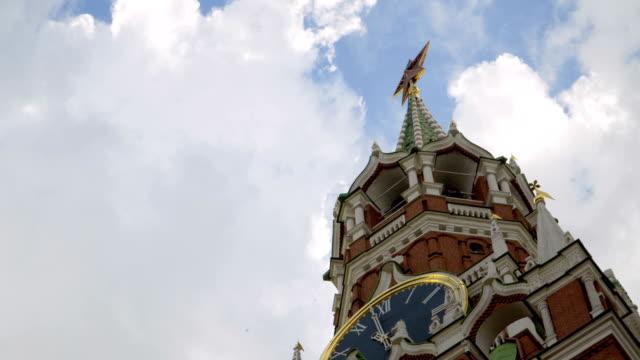moskva, röda torget, kreml och st basil cathedral, time-lapse - vasilijkatedralen bildbanksvideor och videomaterial från bakom kulisserna