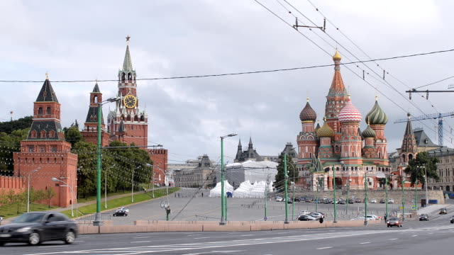 moskva röda torget med saint basil's cathedral och kreml på morgonen - röda torget bildbanksvideor och videomaterial från bakom kulisserna