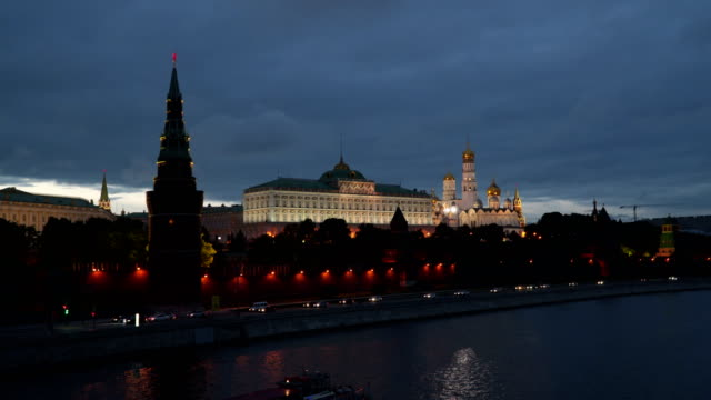 moscow river near the kremlin walls - rzeka moskwa filmów i materiałów b-roll