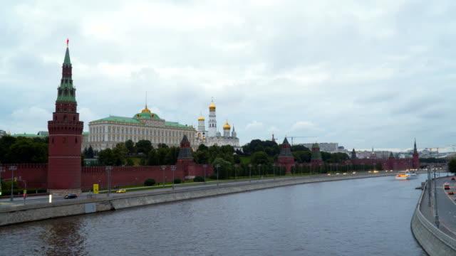 moskova, rusya. moskova nehri kremlin duvarları yakınında - moscow metro stok videoları ve detay görüntü çekimi