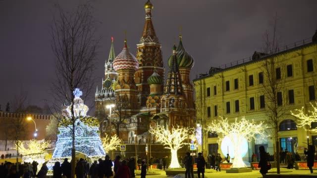 moscow, ryssland. nya året belysta dekorationer nära kreml och den st basil's blessed katedralen - vasilijkatedralen bildbanksvideor och videomaterial från bakom kulisserna