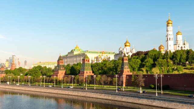 moscow russia time lapse 4k, city skyline motion timelapse (hyperlapse) at kremlin palace red square and moscow river - rzeka moskwa filmów i materiałów b-roll