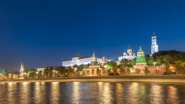 moscow russia time lapse 4k, city skyline night timelapse at kremlin palace red square and moscow river - rzeka moskwa filmów i materiałów b-roll