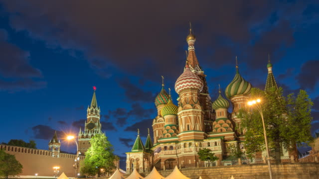moskva ryssland tidsfördröjning 4k, city skyline night timelapse på röda torget och vasilijs catherdral - vasilijkatedralen bildbanksvideor och videomaterial från bakom kulisserna