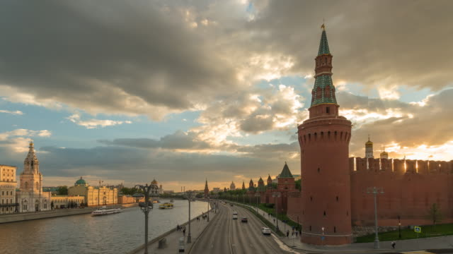 moscow russia time lapse 4k, city skyline sunset timelapse at kremlin palace red square and moscow river - rzeka moskwa filmów i materiałów b-roll
