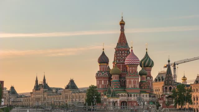 moskva ryssland tidsinställd 4k, city skyline sunset timelapse på röda torget och vasilijs catherdral - vasilijkatedralen bildbanksvideor och videomaterial från bakom kulisserna