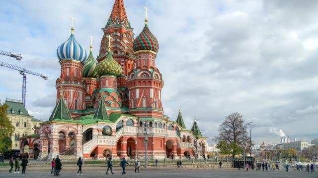 moskva ryssland timelapse skara människor i röda torget torg i moskva - vasilijkatedralen bildbanksvideor och videomaterial från bakom kulisserna