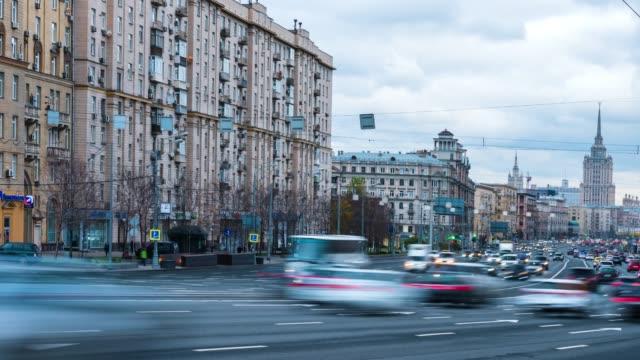 moskva ryssland timelapse av trafik bil på gatan i moskva - moskva bildbanksvideor och videomaterial från bakom kulisserna