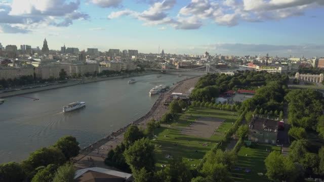 moskva scen med flod, park och bro. utsikt från luften - moskva bildbanksvideor och videomaterial från bakom kulisserna
