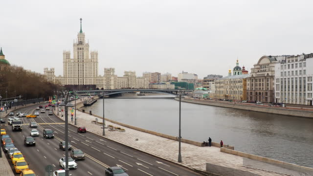 moscow street traffic - rzeka moskwa filmów i materiałów b-roll