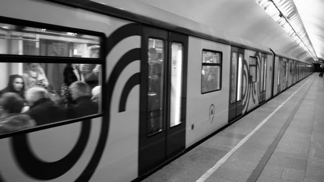 moskova metro treni geliyor - moscow metro stok videoları ve detay görüntü çekimi