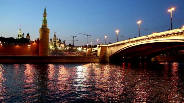 moskva river and kremlin (at night),  moscow, russia - rzeka moskwa filmów i materiałów b-roll