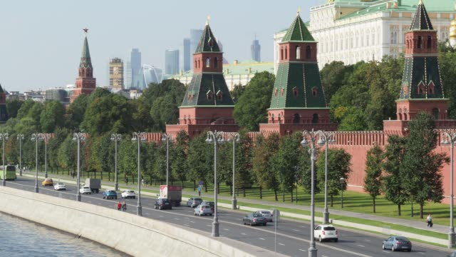 moskva floden, kreml torn och höghuset byggnader i moskva - kreml bildbanksvideor och videomaterial från bakom kulisserna