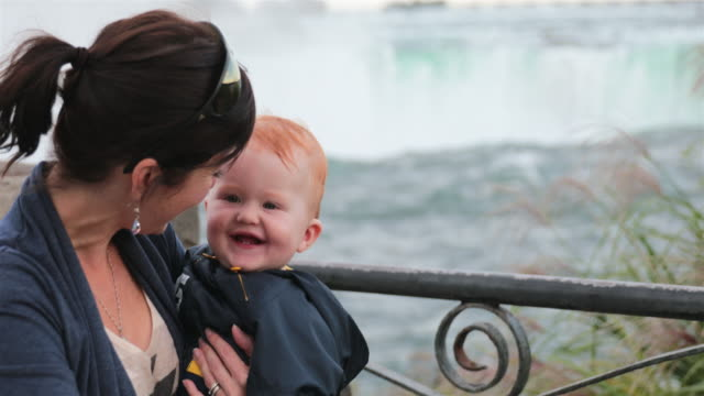 vídeos de stock, filmes e b-roll de mãe e bebê menino em niagara falls - rio niagara