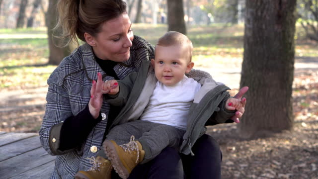 Bидео Mother and baby boy  enjoying  in the park
