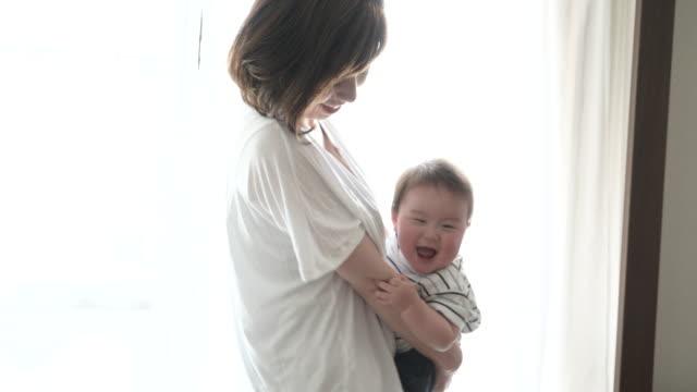 母親と男の子の楽しい時を過す時間家の中。 ビデオ
