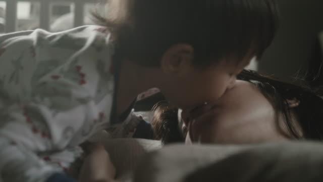 mor och barn kyssar på säng - cosy pillows mother child bildbanksvideor och videomaterial från bakom kulisserna