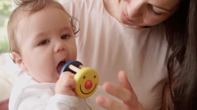 vídeos y material grabado en eventos de stock de madre y bebé jugando con juguetes en casa colorido - coordinación